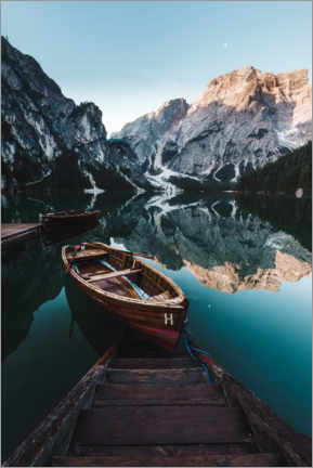 Akrylbilde  Braies lake with boat in the Dolomites - Road To Aloha