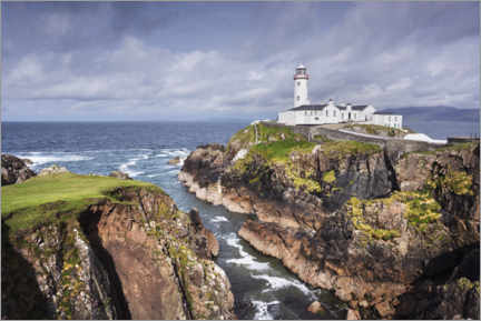 Lerretsbilde  Lighthouse on rocks by the sea with clouds - The Wandering Soul